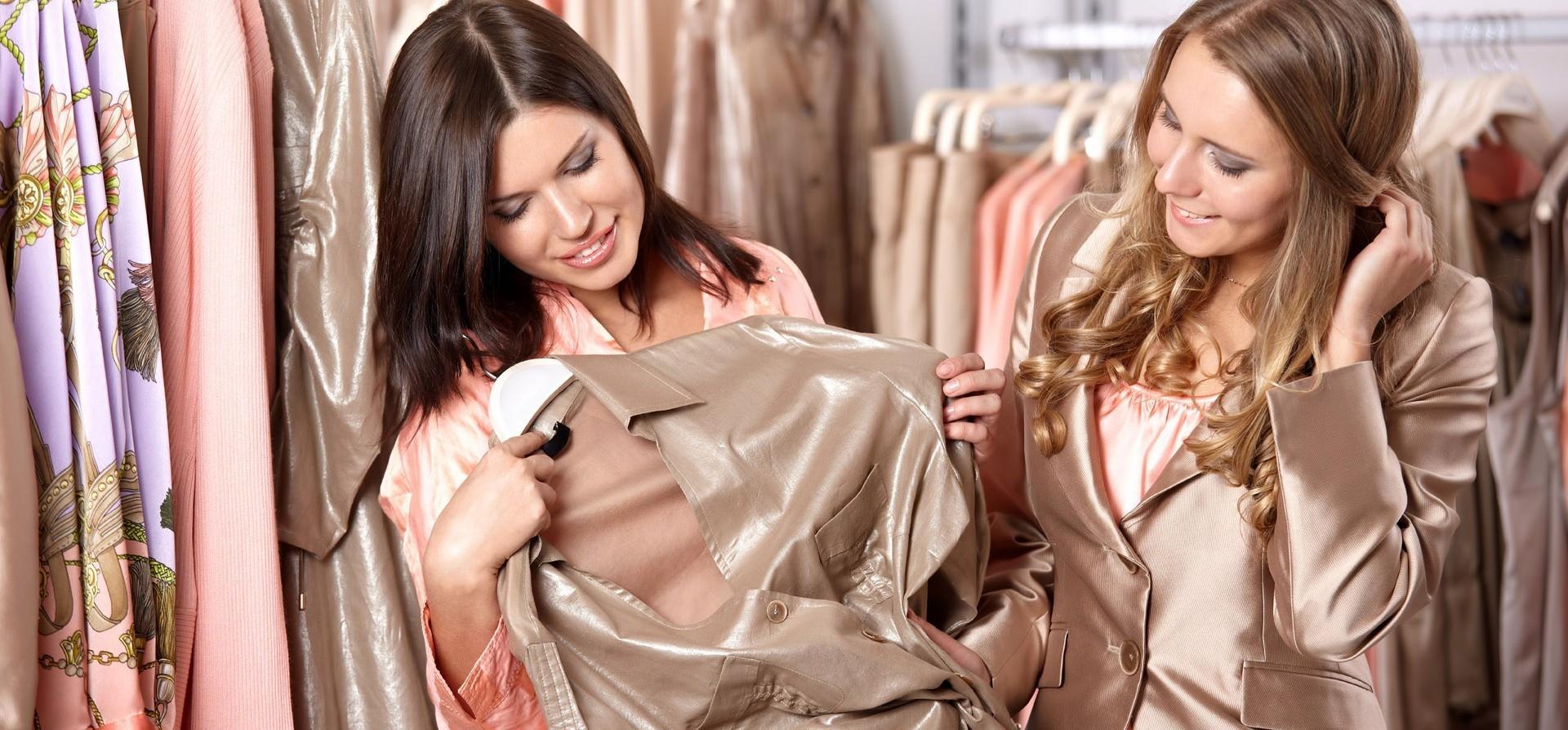 С девушки снимают всю одежду 6 фотография